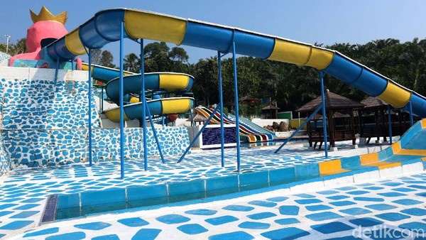 Anak Raja Resort, Cikidang, Sukabumi menghadirkan penginapan dengan waterboom yang dapat dinikmati wisatawan.