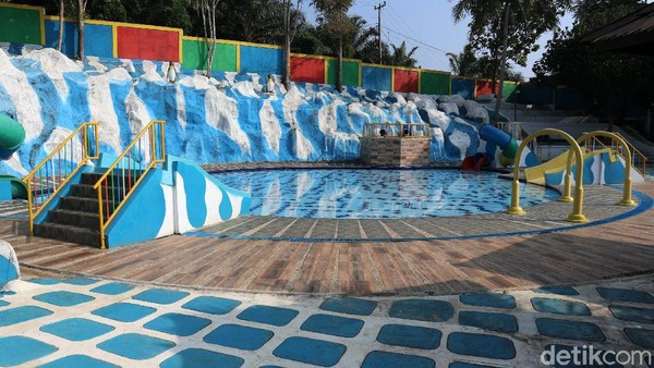 Hanya saat ini, waterboom di Anak Raja Resort di Cikidang Sukabumi ini tutup sementara di bulan puasa.