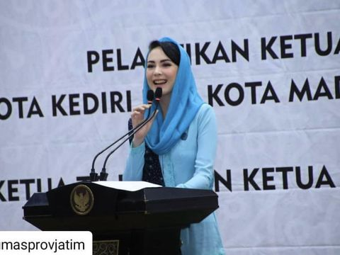 Arumi Bachsin yang jadi isteri pejabat.
