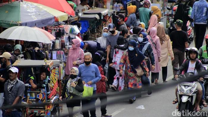 Ribuan warga menjejali Pasar Baru Trade Center Kota Bandung, Minggu (2/5/2021). Para pembeli berdesak-desakan berburu aneka komoditas untuk menyemarakan Lebaran 1442 H.