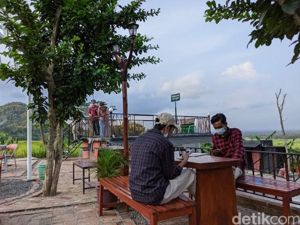 Di Dadap Sumilir, pengunjung dapat menyantap pelbagai hidangan tradisional sembari menyaksikan pemandangan khas pedesaan dan Perbukitan Menoreh.