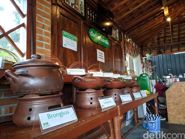 DiDadap Sumilirpengunjung dapat menikmati berbagai menu ndeso, seperti sayur lodeh, sayur bening, tahu dan tempe garet, aneka sambal, pepes, geblek, mendoan dan yang paling favorit, sego wiwit.