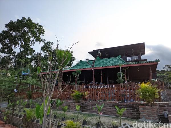 Dadap Sumilir Yogyakarta baru beroperasi sekitar satu tahun ini dengan mengusung konsep bangunan tradisional-modern. Itu bisa dilihat dari adanya rumah limasan sebagai bangunan utama.