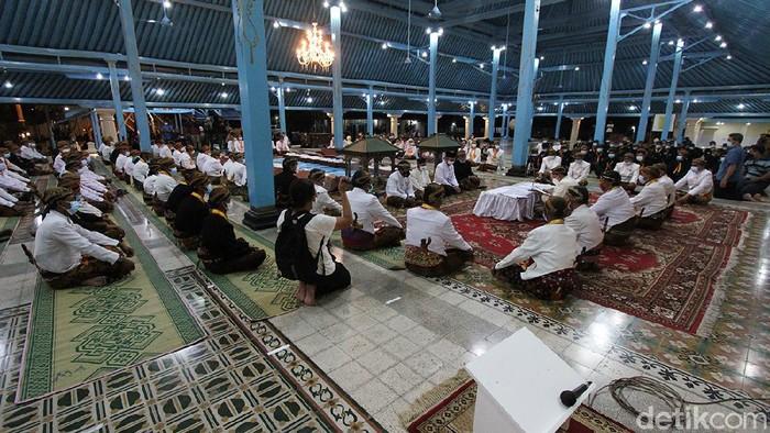 Meski di tengah pandemi, Ratusan abdi dalem Keraton Kasunanan Surakarta melakukan kegiatan Malam Selikuran atau Malam Ke-21 Ramadhan untuk sambut Lailatul Qadar.