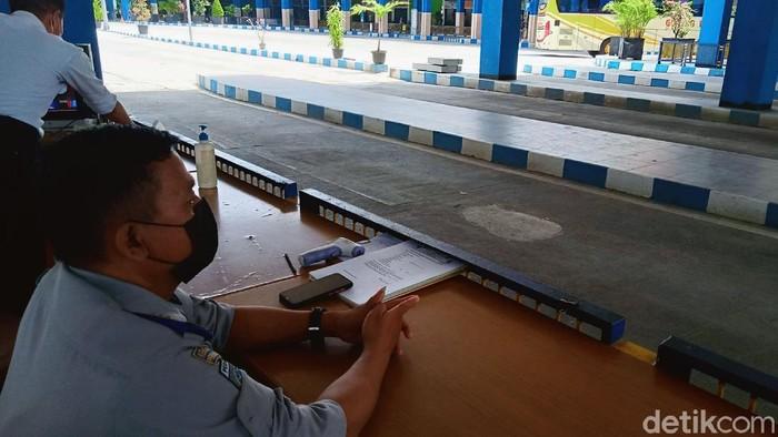 Aktivitas di terminal Klaten tampak sepi dari pemudik imbas larangan mudik 2021. Seperti terlihat di terminal bus Ir Soekarno, Kabupaten Klaten, Jawa Tengah.