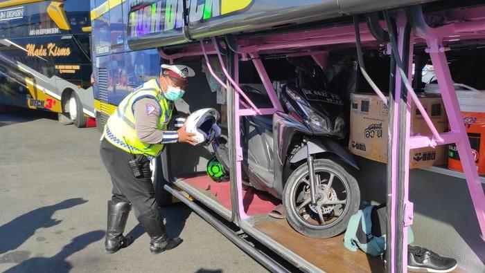 Hindari Penyekatan, Pemudik Ini Nekat Masukkan Sepeda Motor ke Bagasi Bus