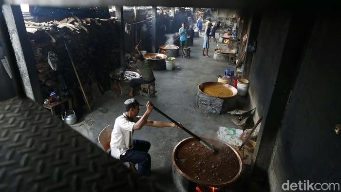 Jelang Lebaran warga mulai berburu bermacam kue. Salah satu yang banyak dicari adalah kue tradisional dodol Betawi. Pesanannya pun meningkat.