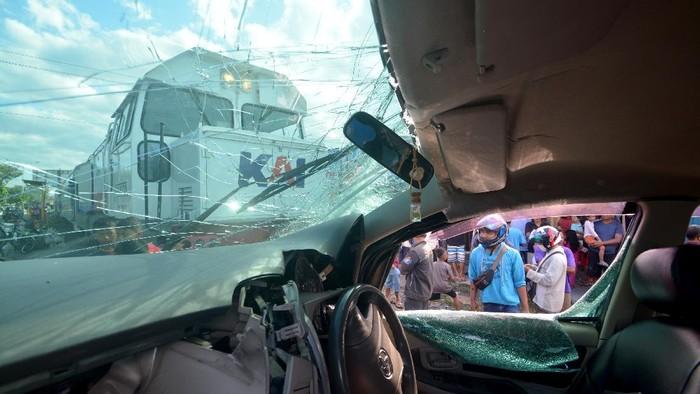 Bruk Kereta Tabrak Mobil Di Padang