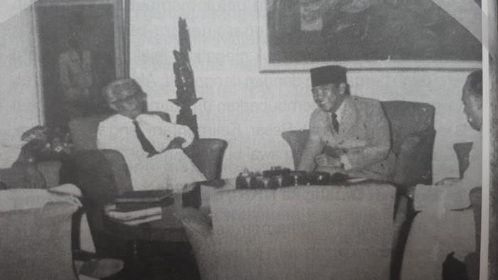 Ki Sarmidi Mangunsarkoro berbincang bersama Presiden Sukarno (repro buku Guru Patriot)