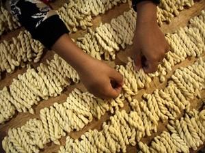 Melihat Produksi Kue Otere yang Laris Manis Jelang Lebaran