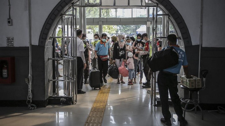 Calon penumpang membawa barang bawaannya di Stasiun Pasar Senen, Jakarta, Minggu (2/5/2021). Jelang pemberlakukan larangan mudik pada 6-17 Mei 2021 terjadi lonjakan penumpang kereta api di stasiun tersebut. ANTARA FOTO/Dhemas Reviyanto/foc.