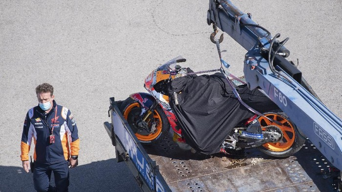 JEREZ DE LA FRONTERA, SPAIN - MAY 01: The bike of Marc Marquez of Spain and Repsol Honda Team after crashed out with marshall staff during the MotoGP of Spain - Qualifying at Circuito de Jerez on May 01, 2021 in Jerez de la Frontera, Spain. (Photo by Mirco Lazzari gp/Getty Images)
