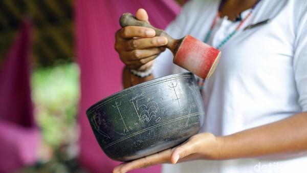 Gumaman dari mulut Fera mulai mengalun, senada dengan bunyi singing bowl. Singing bowl adalah mangkuk digunakan seperti alat musik khas Tibet.