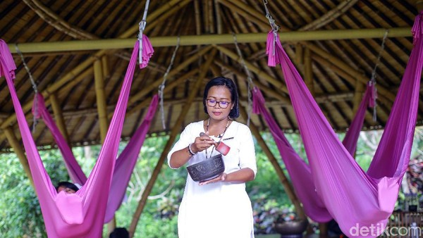 Untuk bisa menikmati wisata tidur alias Sacred Nap ini, kamu cukup membayar mulai Rp 360 ribu per orang.