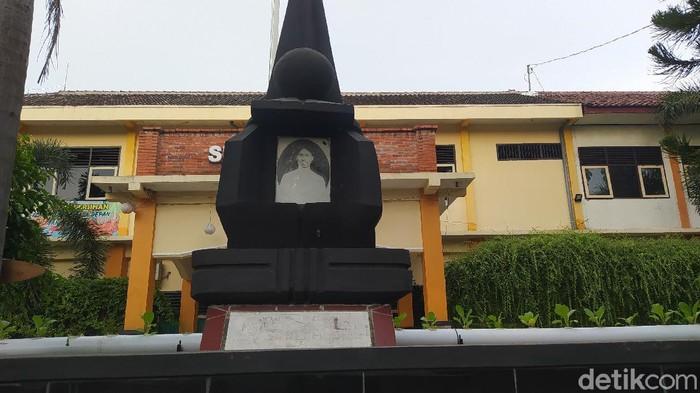 Monumen Mastoer di depan bangunan SMP N 5 Blora