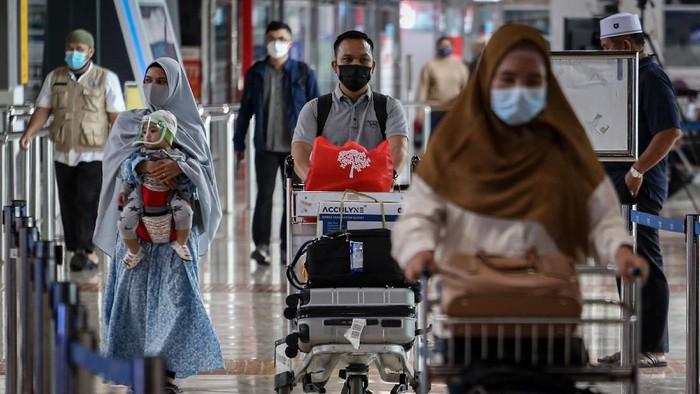 Calon penumpang pesawat udara berjalan di Terminal 2 Bandara Soekarno Hatta, Tangerang, Banten, Minggu (2/5/2021). Sebagian masyarakat memilih mudik lebih awal guna menghindari masa larangan mudik sejak 6 hingga 17 Mei 2021 mendatang. ANTARA FOTO/Fauzan/wsj.