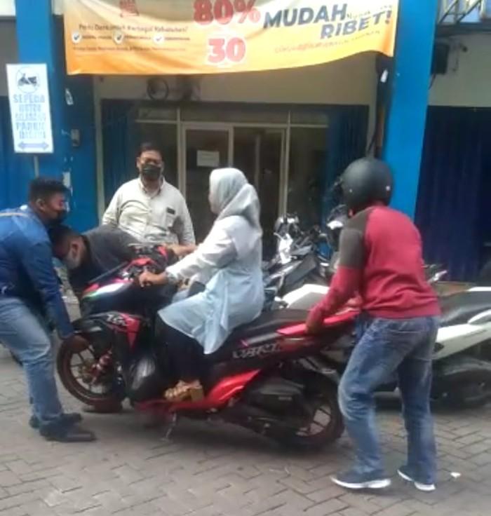 Pasutri asal Sidoarjo melaporkan aksi perampasan sepeda motor oleh 4 orang diduga debt collector perusahaan leasing di Jalan Diponegoro, Sidoarjo.