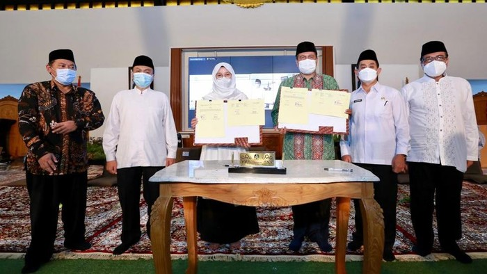 Pemkab Banyuwangi kini membuka program beasiswa strata 1 (S1) bagi anak muda Banyuwangi yang ingin memperdalam ilmu agama. Bupati Banyuwangi Ipuk Fiestiandani menggandeng kampus keagamaan negeri dari berbagai agama.