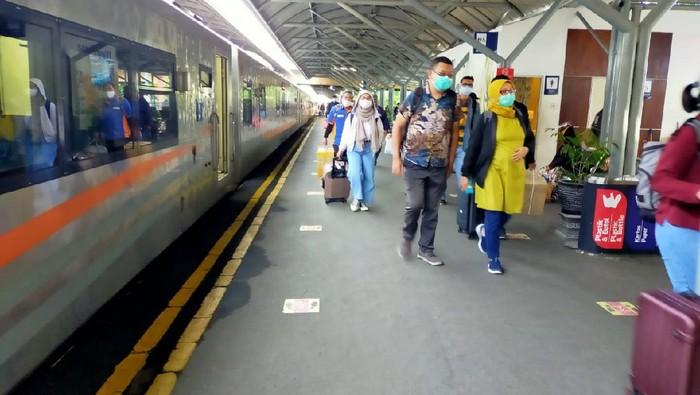 Penumpang KA di Stasiun Pasar Turi dan Gubeng Masih Normal
