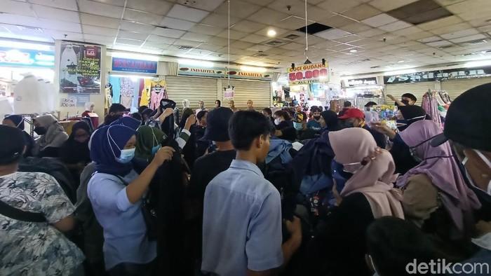 Situasi Pasar Tanah Abang Minggu (2/5) pagi