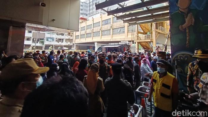 Situasi Pasar Tanah Abang Minggu (2/5) siang