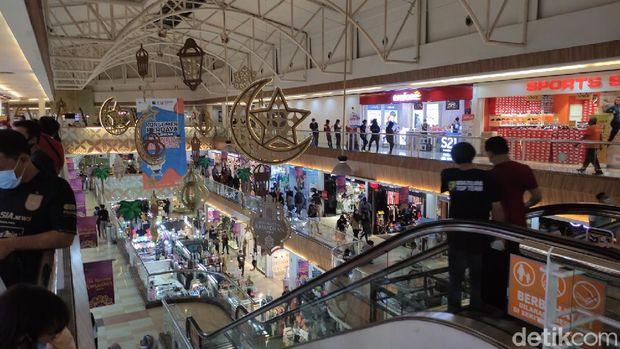 Suasana sejumlah pusat perbelanjaan di Kota Semarang jelang Lebaran, Minggu (2/5/2021).