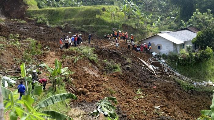 Sejumlah relawan mengevakuasi sepeda motor yang tertimbun tanah longsor di Desa Ginanjar, Kecamatan Ciambar, Sukabumi, Jawa Barat, Minggu (2/5/2021). Peristiwa tanah longsor yang terjadi pada Sabtu (1/5/2021) petang tersebut menimbun satu rumah dan mengakibatkan seorang anak meninggal dunia serta dua orang terluka. ANTARA FOTO/Budiyanto/agr/foc.