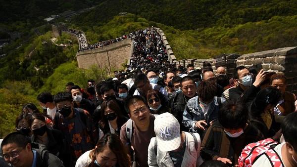 Dari foto-foto yang diambil oleh fotografer AFP, Noel Celis, para wisatawan itu tidak memakai masker. ( AFP/NOEL CELIS)