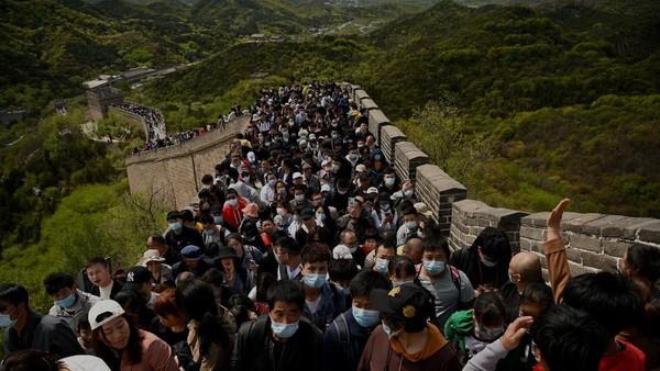 Untuk memasuki Tembok Besar China dan tempat wisata, pelancong hanya perlu membeli tiket dan menunjukkan kode kesehatan, yang merupakan sertifikat elektronik di ponsel, sebagai bukti bahwa mereka tidak berisiko menulari orang lain. (AFP/NOEL CELIS)