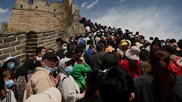 Tembok Besar Badaling mengeluarkan pemberitahuan yang mengatakan reservasi online untuk Sabtu hingga Senin mencapai 48.750, batas yang ditetapkan di bawah persyaratan pengendalian epidemi. (AFP/NOEL CELIS)