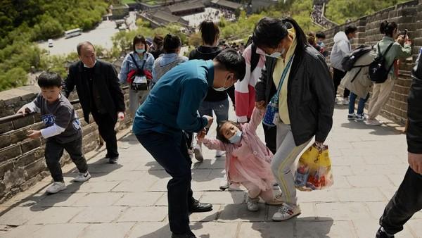 Anak-anak, ABG, sampai orang tua memadati Tembok Besar China di hari pertama bulan Mei itu. (AFP/NOEL CELIS)