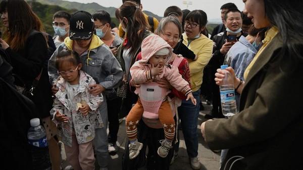 Pintu masuk di Badaling, yang memang merupakan jalur favorit wisatawan, penuh sesak dengan pelancong. (AFP/NOEL CELIS)