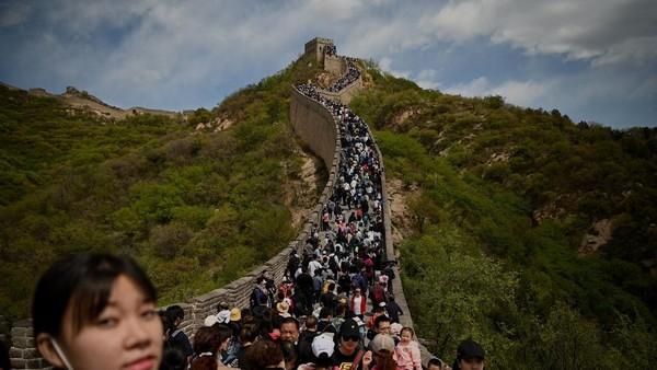 Warga China merayakan hari libur pada Hari Buruh di 1 Mei 2021 dengan melancong ke Tembok Besar. (AFP/NOEL CELIS)