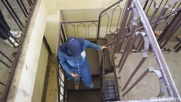 Untuk bisa di puncak tugu, pengunjung harus naik ratusan anak tangga. Tetapi cukup disayangkan jalan naik tidak ada penerangan sehingga gelap.