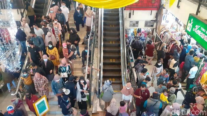 Warga berjubel memadati Pasar Baru Bandung berburu baju lebaran