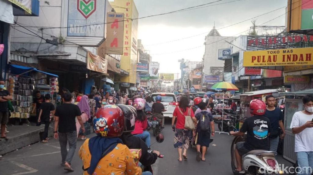 Jelang Lebaran, Warga Bejubel di Wisata Belanja Alun-alun Bandung