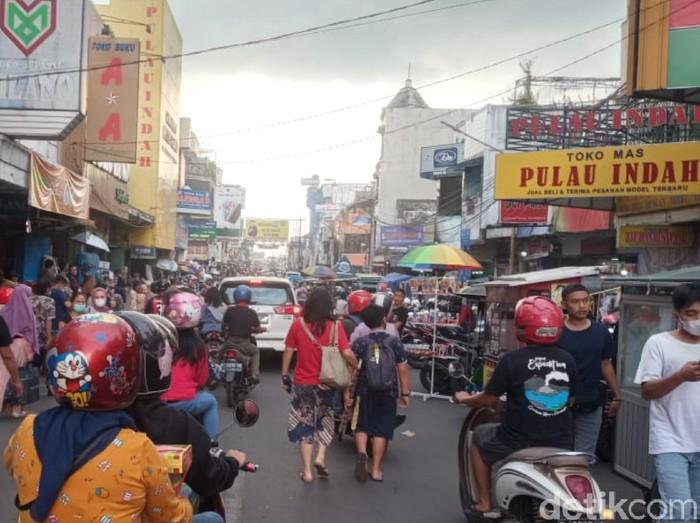 Warga mulai memadati pusat perbelanjaan di kawasan Alun-alun Bandung