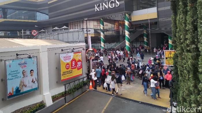 Warga Bandung terlihat mulai memadati pusat wisata belanja di kawasan Alun-alun Kota Bandung. Mereka berburu bermacam keperluan Idul Fitri.