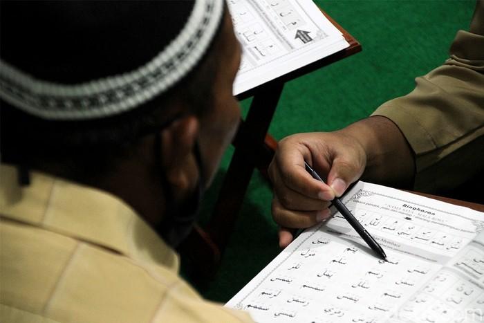 Yayasan Wisata Hati membuka kelas  belajar membaca Al Quran untuk tukang becak di Solo. Kelas belajar membaca Al Quran itu tidak dipungut biaya alias gratis.