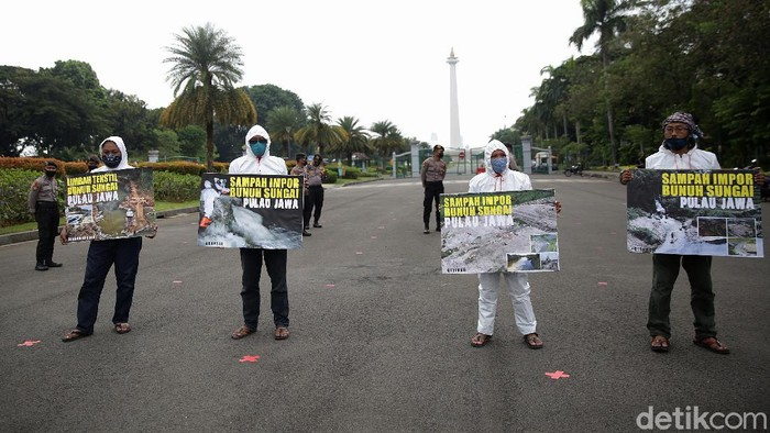 Sejumlah aktivis menggelar aksi di di kawasan Monumen Nasional (Monas), Jalan Merdeka Selatan, Jakarta, Senin (3/5). Mereka menolak sampah import masuk ke Indonesia.