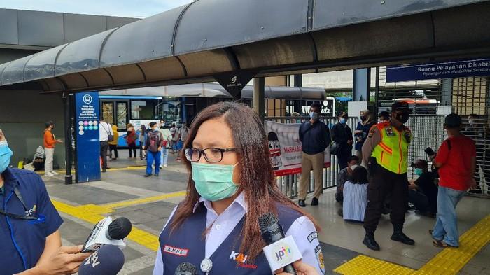 VP Corporate Secretary KAI Commuter, Anne Purba di Stasiun Tanah Abang, Senin (3/5/2021).