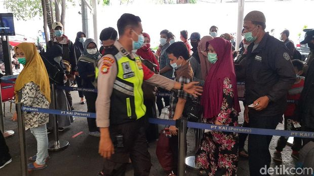 Antrean tes GeNose di Stasiun Pasar Senen.
