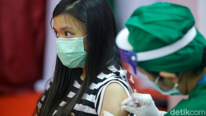 Sejumlah pedagang di Thamrin City menjalani vaksinasi COVID-19 hari ini. Program vaksinasi yang menarget 2000 peserta itu akan digelar selama dua hari.