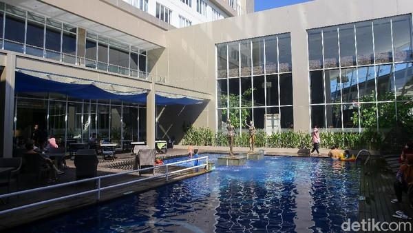 Satu lantai dengan lobby, ada Restoran Sukamade yang menyatu dengan kolam renang. Memiliki konsep semi outdoor, restoran ini jadi tempat sarapan yang asyik.