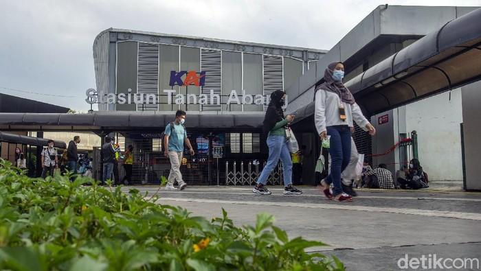 KRL tak akan berhenti di Stasiun Tanah Abang pada pukul 15.00 hingga 19.00 WIB. Kebijakan ini diputuskan imbas kerumunan di Pasar Tanah Abang akhir pekan lalu.