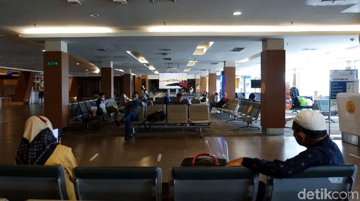 Arus mudik terlihat di sejumlah stasiun hingga bandara menjelang lebaran. Lantas bagaimana situasi arus mudik di Bandara Husein Sastranegara Bandung?