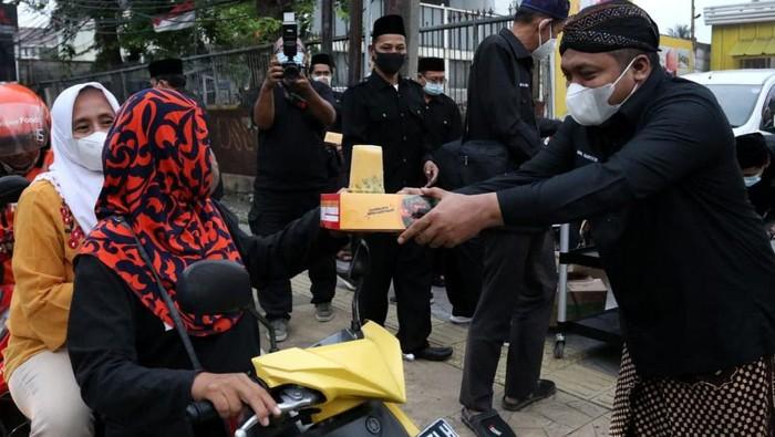 Pengurus Pencak Silat NU, Pagar Nusa, bagikan takjil dan paket makanan berbuka untuk pengguna jalan. Paket makanan itu diharapkan dapat bantu masyarakat sekitar