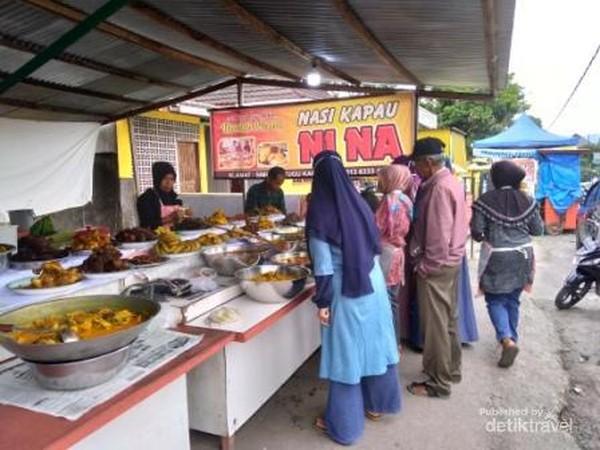 Pembeli mulai berdatangan, mencari hidangan untuk berbuka puasa