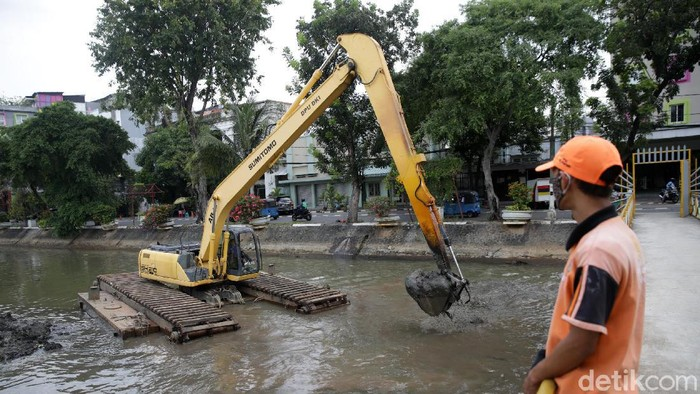 Pengerukan kembali dilakukan pada Kali Ciwilung di Kawasan Pasar Baru, Jakarta, Senin (3/5/2021). Pengerukan ini guna mencegah pendangkalan.