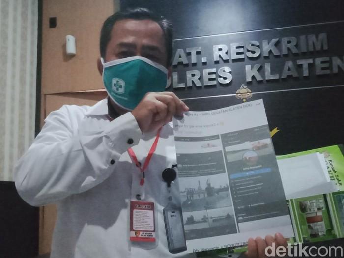Direktur Utama RSCH Klaten, Joko Susanto menunjukkan foto status dan profil penghujat KRI Nanggala-402 di Polres Klaten, Senin (3/5/2021).